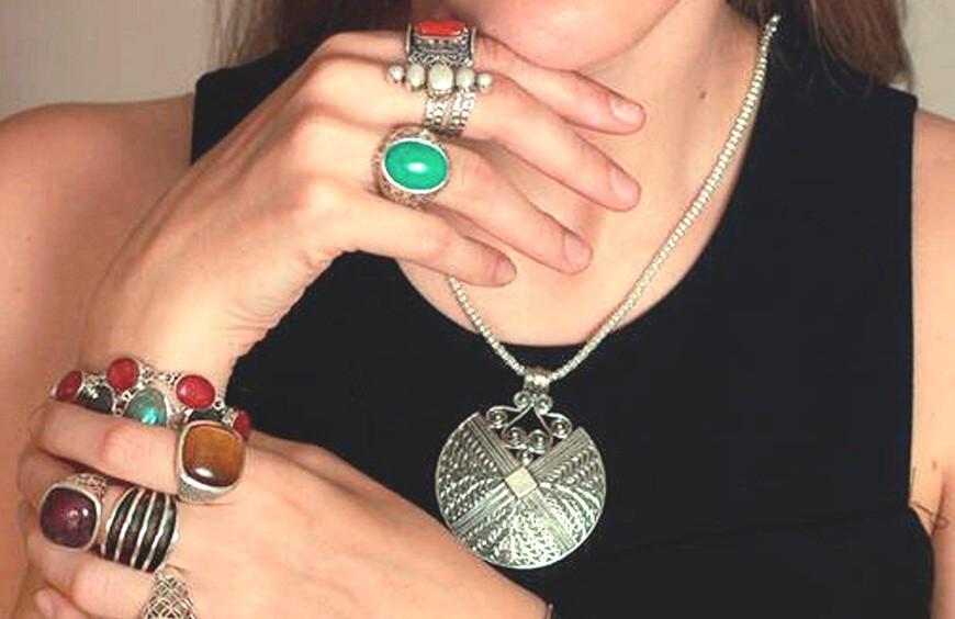 Diseños novedosos en colgantes, pulseras, pendientes, broches, collares